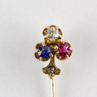Krawattennadel, um 1900, 585er Gold, ungemarkt, in Form eines Kleebalttes, mit Saphier, Diamant und Rubin besetzt, im Stil kleiner Rosendiamant. L: 5,5 cm. www.beyreuther.de