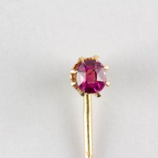 Krawattennadel, um 1900, 585er Gold, gestempelt, gefasster Rubin. L: 5 cm.
