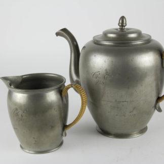 Kaffeekanne und Kännchen, Zinn, datiert 1861, mit Initialen, ungemarkt, guter Zustand, Schnepfe beschädigt. H: 11 cm und 20 cm. www.beyreuther.de