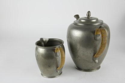 Kaffeekanne und Kännchen, Zinn, datiert 1861, mit Initialen, ungemarkt, guter Zustand, Schnepfe beschädigt. H: 11 cm und 20 cm.