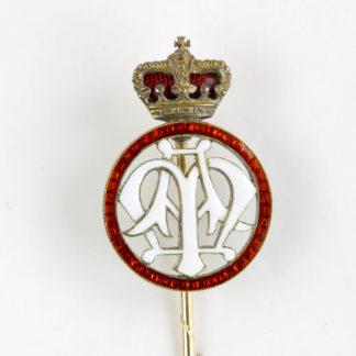 Geschenknadel, um 1900, 585er Gold, weiss emailliertes Monogramm MA für Maximilian Anton von Thurn und Taxis, umgeben von einem rot emallierten Kreis, mit rot emaillierter Fürstenkrone. L: 8 cm.