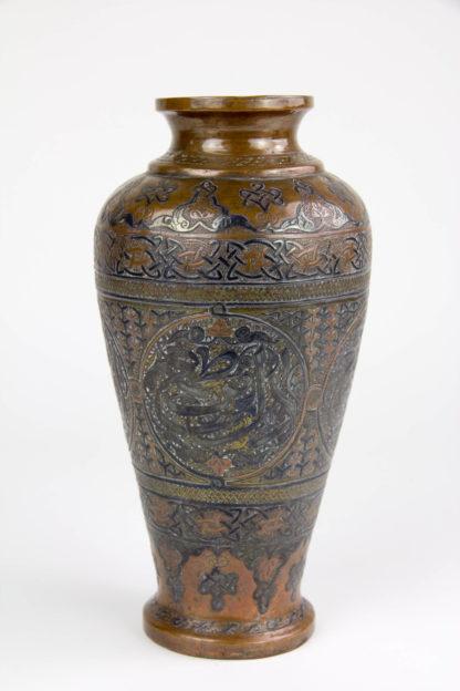 Vase, Syrien/Ägypten, Cairoware, Mitte 20. Jh., Kupfer mit Silber aufgelegt, umlaufend mit Ornamenten und Symbolen verziert, Gebrauchsspuren. H: 21 cm. www.beyreuther.de