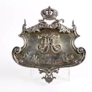 """Großes Schild, um 1900, Silber, gestempelt Miller 800, zum Aufhängen, mittig KR für Ulanen Regiment König Karl, Nr. 19, (1. Württembergisches), mit Inschrift: """"gestiftet von Sr. Majestät dem König"""", dieses Schild ist ein Geschenk des Königs von Württemberg Wilhelm II an sein Regiment, wohl für das Offizierskasino, Wilhelm der II. von Württemberg war ab 1891 Regimentsinhaber, Fehlstelle an Krone und Ornament, sonst schöne Juwelierarbeit, 281 g. 15 cm x 16 cm."""