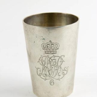 Becher, um 1900, 800er Silber, gestempelt, graviert mit dem Monogramm des Magdeburger Dragoner-Regiments Nr. 6, rückseitig: in Treue 27.1.1941, wohl später, Gebrauchsspuren.H: 7,6 cm, 75 g. www.beyreuther.de