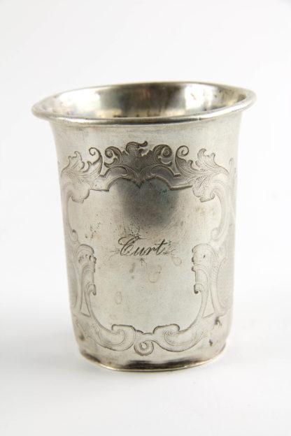 Becher, um 1870, Silber gestempelt, in gravierter Kartusche der Name: Curt, starke Gebrauchsspuren. H: 7 cm, 44,2 g.