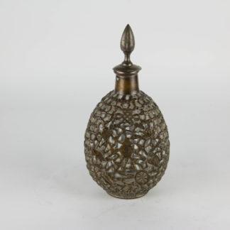 Karaffe, China, (wohl Hongkong) um 1900, netzartig mit versilberten Kupferdraht überzogene Glasflasche, verziert mit buddhistischen Symbolen, berieben, Gebrauchsspuren. H: 28 cm, www.beyreuther.de