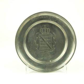 Zinnteller, deutsch, Sachsen, verziert mit dem Sächsischen Wappen, bez. Battal:Tamb: C.F. Groschupf, 1832, rückseitig mit Marken, Gebrauchsspuren. D: 22 cm. www.beyreuther.de