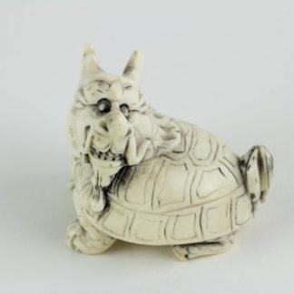 Figur, China, 19./20. Jh., Bixie (eine Figur der chinesischen Mythologie, ein Wesen mit dem Körper einer Schildkröte und dem Kopf eines Drachen), Elfenbein, geschnitzt und geschwärzt. L: 4 cm. www.beyreuther.de