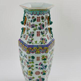 Große Vase, China, 20. Jh., umlaufend bemalt mit Glückssymbolen in Emaillemalerei, am Fuß bestoßen, sonst unbeschädigt, gute Qualität. H: 61 cm. www.beyreuther.de