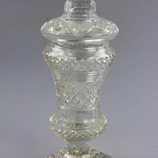 Deckelpokal, erste Hälfte 19. Jh, Glas geschliffen, kelchförmige Kuppa auf quadratischen Sockel, mit Deckel, unbeschädigt. H: 35 cm. www.beyreuther.de