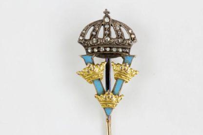 Geschenknadel, Schweden, um 1900, Königin Viktoria von Schweden, hellblau emailliertes Monogramm V, mit 3 Kronen aus Gold, unter mit Diamanten besetzter Krone, in grauem Lederetui mit aufgesetzter Krone der Juweliere Schmidt-Staub Karlsruhe. L: 80 mm Gewicht 2,8 g. www.beyreuther.de