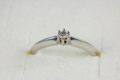 Ring, 585er Weißgold gestempelt, besetzt mit einem kleinen Brillanten, getragen, Gebrauchsspuren, Ringgröße 52, ca. 16,6 mm. www.beyreuther.de