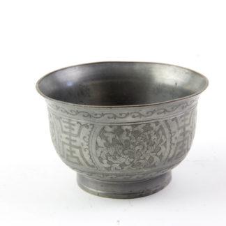 Teeschale, China, Anf. 20. Jh., Zinn, umlaufend mit floralen Ornamenten graviert, Kupferring als Abschluss, guter Zustand. H: 5,5 cm, D: 8,5 cm. www.beyreuther.de