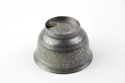Teeschale, China, Anf. 20. Jh., Zinn, umlaufend mit floralen Ornamenten graviert, Kupferring als Abschluss, guter Zustand. H: 5,5 cm, D: 8,5 cm.
